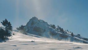 Χιόνι που φυσιέται από τον αέρα στα βουνά φιλμ μικρού μήκους