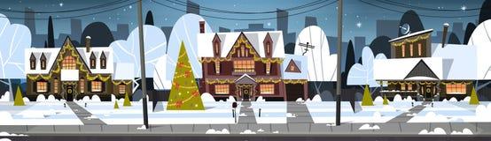 Χιόνι πόλης άποψης χειμερινού προαστίου στα σπίτια με το διακοσμημένο δέντρο πεύκων, τη Χαρούμενα Χριστούγεννα και την έννοια καλ διανυσματική απεικόνιση