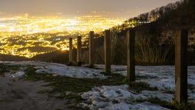 Χιόνι σε έναν λόφο επάνω από την πόλη στοκ εικόνα με δικαίωμα ελεύθερης χρήσης
