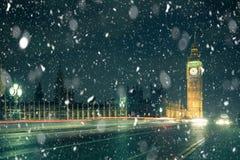 Χιόνι σκηνής οδών του χειμερινού Λονδίνου στοκ φωτογραφία με δικαίωμα ελεύθερης χρήσης