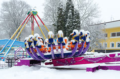 Χιόνι-στεμμένο Zodiac έλξης στο χειμερινό πάρκο κατά τη διάρκεια των χιονοπτώσεων Στοκ φωτογραφίες με δικαίωμα ελεύθερης χρήσης