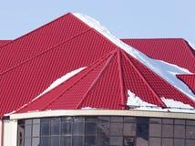 Χιόνι στην κόκκινη στέγη σπιτιών Στοκ Εικόνα