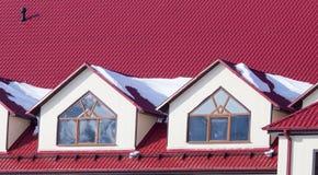 Χιόνι στην κόκκινη στέγη σπιτιών Στοκ εικόνες με δικαίωμα ελεύθερης χρήσης