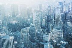 Χιόνι στην πόλη της Νέας Υόρκης - φανταστική εικόνα, ορίζοντας με τον αστικό ουρανό Στοκ Εικόνα
