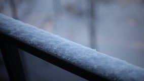Χιόνι στη χειμερινή φύση κιγκλιδωμάτων μπαλκονιών φιλμ μικρού μήκους