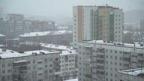 Χιόνι στις στέγες της πόλης απόθεμα βίντεο