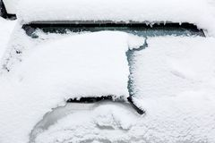 Χιόνι στον καθρέφτη φτερών αυτοκινήτων Παγωμένο αυτοκίνητο, άσπρο καλυμμένο αυτοκίνητο χιόνι στη χειμερινή ημέρα Αστική σκηνή της στοκ φωτογραφία με δικαίωμα ελεύθερης χρήσης