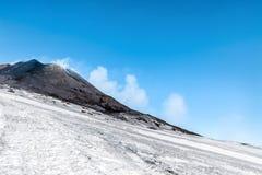 Χιόνι στον κρατήρα στο υποστήριγμα etna Στοκ Φωτογραφία