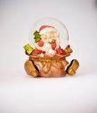 χιόνι σφαιρών διακοσμήσεων Χριστουγέννων Στοκ φωτογραφία με δικαίωμα ελεύθερης χρήσης