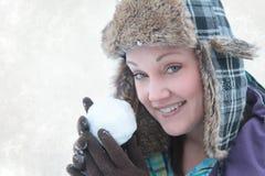 χιόνι σφαιρών που ρίχνει τη γυναίκα Στοκ Εικόνες