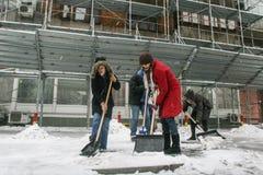 Χιόνι φτυαριών γυναικών Στοκ εικόνα με δικαίωμα ελεύθερης χρήσης