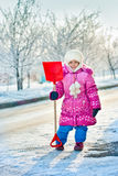 χιόνι φτυαριών κοριτσιών στοκ εικόνα με δικαίωμα ελεύθερης χρήσης