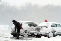 Χιόνι χιονοθύελλας φτυαριών από το αυτοκίνητο Στοκ εικόνα με δικαίωμα ελεύθερης χρήσης