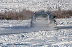 Χιόνι ψεκασμού κλίσης αυτοκινήτων Στοκ φωτογραφία με δικαίωμα ελεύθερης χρήσης