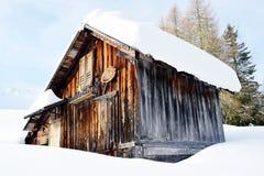 Χιόνι ύψους, ξύλινο οίκημα, χειμώνας στα βουνά Dolomiti, σε Cadore, Ιταλία Στοκ φωτογραφία με δικαίωμα ελεύθερης χρήσης