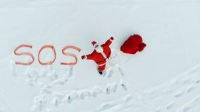 Χιόνι wides και Άγιος Βασίλης που εκφράζει τα SOS-σήματα απόθεμα βίντεο