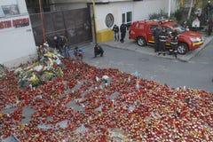 12.000 χιλιάες άνθρωποι Μάρτιος στη σιωπή για 30 νεκρά θύματα στη λέσχη πυρκαγιάς Στοκ Φωτογραφίες