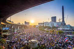 Χιλιάδες διαμαρτυρόμενοι που περπατιούνται για την αντι κυβέρνηση στην Ταϊλάνδη Στοκ Εικόνα
