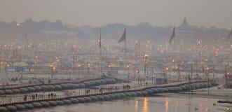 Χιλιάδες ινδοί θιασώτες που διασχίζουν τις γέφυρες πακτώνων πέρα από τον ποταμό του Γάγκη στο φεστιβάλ της Maha Kumbh Mela στοκ φωτογραφία