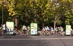 Χιλιάδες που διαμαρτύρονται για τις παρόδους ποδηλάτων στο Βουκουρέστι Στοκ Εικόνες