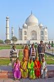 Χιλιάδες τουρίστες επισκέπτονται καθημερινά το μαυσωλείο Taj Mahal Στοκ Φωτογραφία