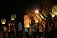Χιλιάδες φανάρια που πετούν τη νύχτα στοκ φωτογραφίες