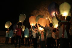 Χιλιάδες φανάρια που πετούν τη νύχτα στοκ εικόνες με δικαίωμα ελεύθερης χρήσης