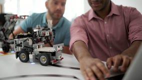 Χιλιετής μηχανικός που ενώνει το συνάδελφό του στην εργασία φιλμ μικρού μήκους