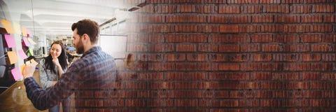 Χιλιετής ομάδα που γράφει στις κολλώδεις σημειώσεις με την τούβλινη μετάβαση Στοκ Φωτογραφία
