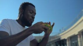 Χιλιετής τύπος που εγκρίνει την επιλογή γευμάτων του υπαίθρια φιλμ μικρού μήκους