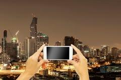 Χλεύη επάνω για τη διαφήμιση με το κτήριο της Μπανγκόκ στη νύχτα στοκ εικόνα