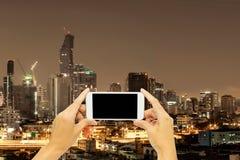 Χλεύη επάνω για τη διαφήμιση με το κτήριο της Μπανγκόκ στη νύχτα στοκ φωτογραφία