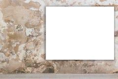 Χλεύη επάνω Κενός πίνακας διαφημίσεων, διαφήμιση, πίνακας δημόσια πληροφορίας στον παλαιό τοίχο grunge στην πόλη στοκ φωτογραφίες