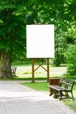 Χλεύη επάνω Κενός πίνακας διαφημίσεων υπαίθρια, υπαίθρια διαφήμιση, πίνακας δημόσια πληροφορίας στο πάρκο πόλεων στοκ εικόνα
