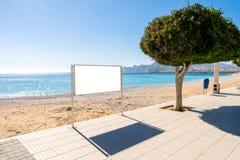 Χλεύη επάνω Κενός πίνακας διαφημίσεων υπαίθρια, υπαίθρια διαφήμιση, πίνακας δημόσια πληροφορίας στην παραλία στοκ φωτογραφίες
