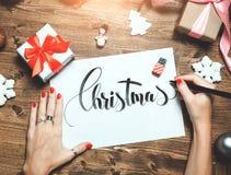 Χλεύη επάνω στην εικόνα των Χριστουγέννων και του νέου υποβάθρου έτους, wooman χέρια με τη μάνδρα στοκ φωτογραφία με δικαίωμα ελεύθερης χρήσης