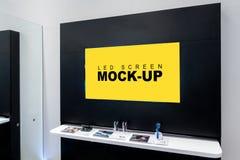 Χλεύη επάνω στη διαφήμιση των κενών κίτρινων οδηγήσεων οθόνης στον τοίχο στοκ φωτογραφία με δικαίωμα ελεύθερης χρήσης