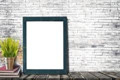 Χλεύη επάνω στο πλαίσιο αφισών ή φωτογραφιών με τα βιβλία και houseplant στοκ φωτογραφία με δικαίωμα ελεύθερης χρήσης