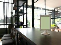 Χλεύη επάνω στο πλαίσιο επιλογών στον πίνακα στο εστιατόριο θολωμένο καφές Backg φραγμών Στοκ Εικόνα