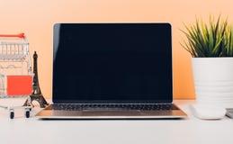 Χλεύη επάνω στο φορητό υπολογιστή και shoppong on-line το κάρρο lap-top στοκ φωτογραφίες
