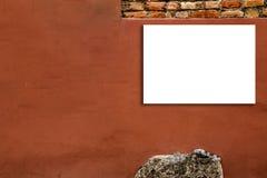 Χλεύη επάνω του οριζόντιου κενού πίνακα διαφημίσεων υπαίθρια, υπαίθρια διαφήμιση, πίνακας δημόσια πληροφορίας στον παλαιό τοίχο στοκ εικόνες με δικαίωμα ελεύθερης χρήσης