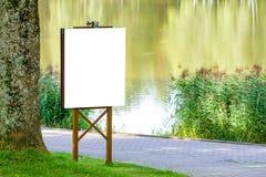Χλεύη επάνω Υπαίθρια διαφήμιση, κενός πίνακας διαφημίσεων υπαίθρια, πίνακας δημόσια πληροφορίας στο πάρκο στοκ εικόνες