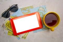 Χλεύη συσκευών επάνω στην οθόνη, τον καφέ, τους χάρτες και τα γυαλιά ηλίου στον πίνακα Στοκ Εικόνες