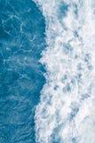 Χλωμιάστε - μπλε κύμα θάλασσας κατά τη διάρκεια της υψηλής θερινής παλίρροιας, αφηρημένο ωκεάνιο υπόβαθρο στοκ εικόνα με δικαίωμα ελεύθερης χρήσης