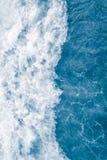 Χλωμιάστε - μπλε κύμα θάλασσας κατά τη διάρκεια της υψηλής θερινής παλίρροιας, αφηρημένο ωκεάνιο υπόβαθρο στοκ φωτογραφίες