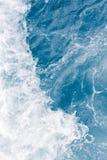 Χλωμιάστε - μπλε κύμα θάλασσας κατά τη διάρκεια της υψηλής θερινής παλίρροιας, αφηρημένο ωκεάνιο υπόβαθρο στοκ φωτογραφία με δικαίωμα ελεύθερης χρήσης