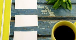 Χλωρίδα, κάρτα επίσκεψης και μαύρος καφές στον πίνακα 4k φιλμ μικρού μήκους
