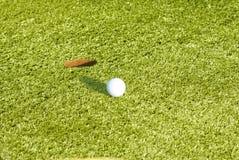 χλόη γκολφ σφαιρών πράσινη Στοκ φωτογραφία με δικαίωμα ελεύθερης χρήσης