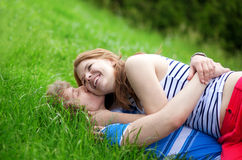 χλόη ζευγών που βρίσκεται ρομαντική Στοκ φωτογραφία με δικαίωμα ελεύθερης χρήσης