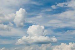 Χνουδωτά σύννεφα, ταπετσαρία αέρα ατμόσφαιρας Κλίμα στοκ εικόνα με δικαίωμα ελεύθερης χρήσης